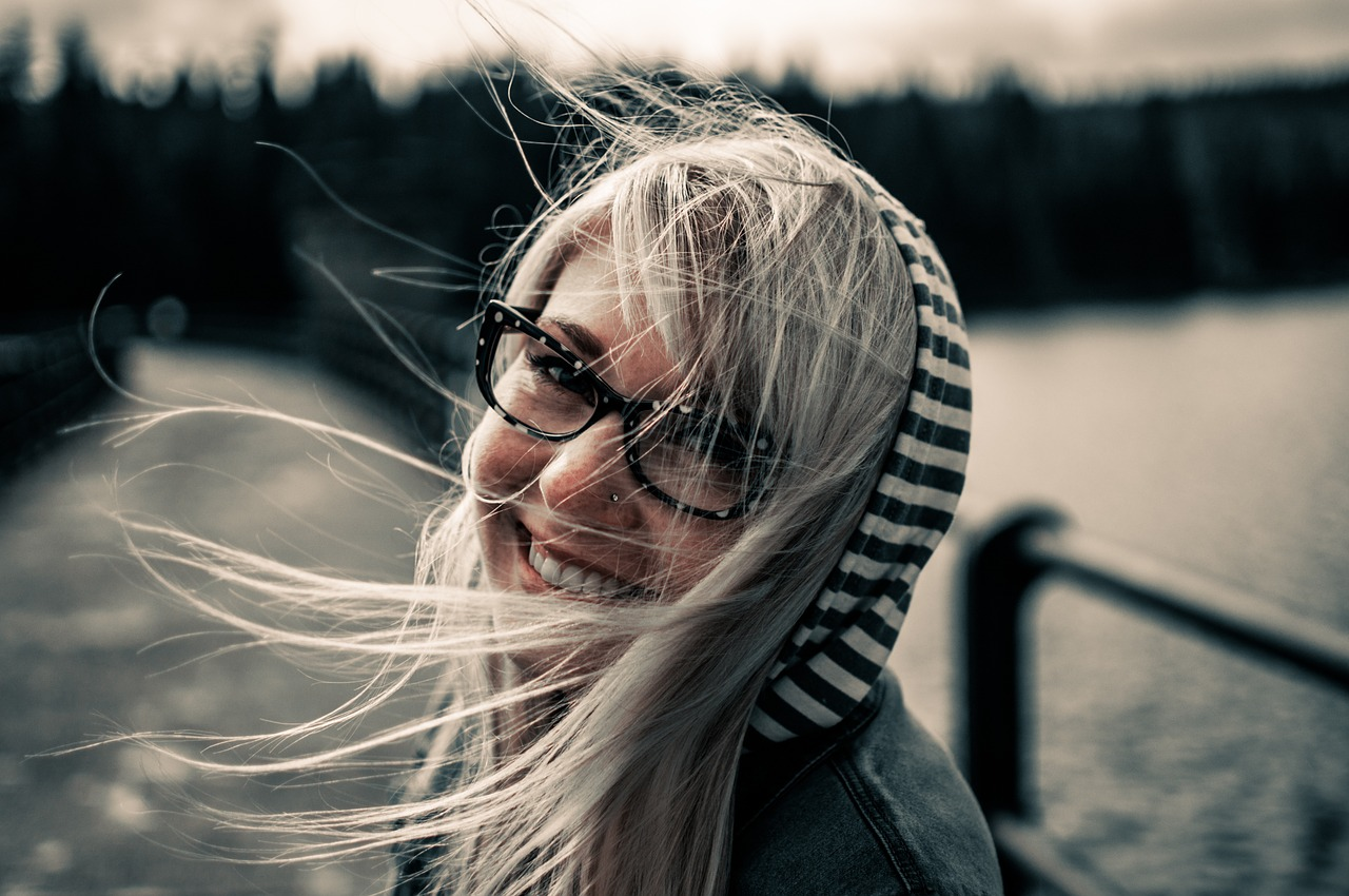 woman-smiling-black-and-white
